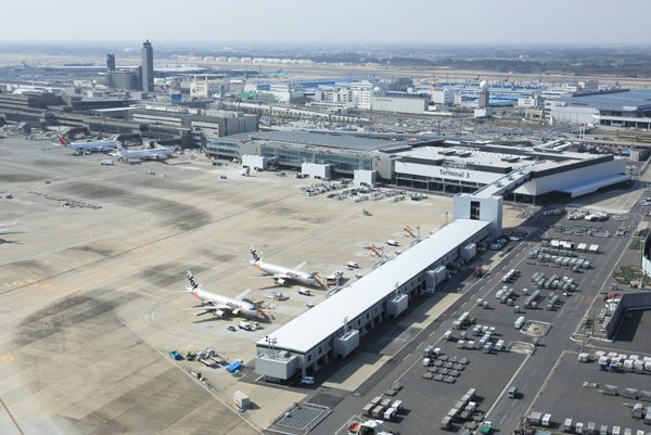 成田国際空港の発着時間、午前0...