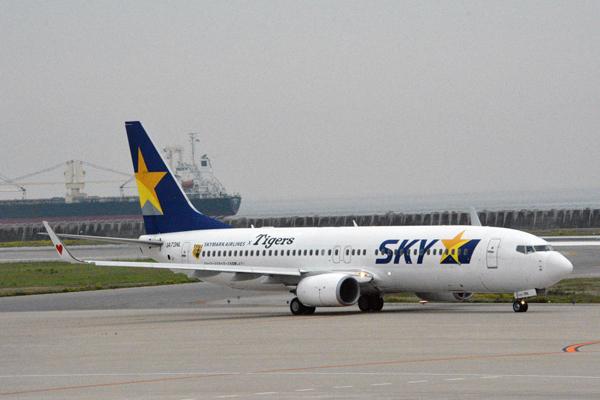 スカイマーク、「タイガースジェット」就航 初便には佐山会長がユニフォーム姿で搭乗