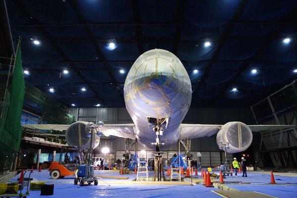 ボーイング787型機初号機の設置作業(提供:セントレア)