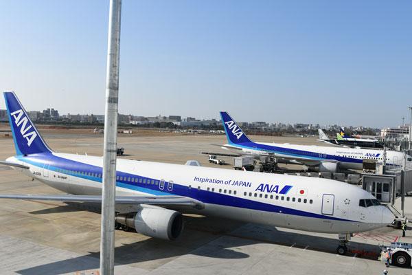 福岡空港に駐機するANA機