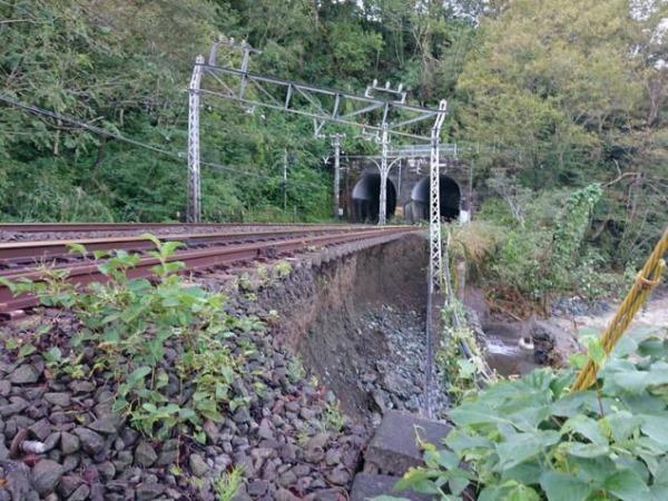 小田急電鉄、護岸流出で架線柱傾く 一部区間の復旧は17日以降に、ロマンスカーも運休