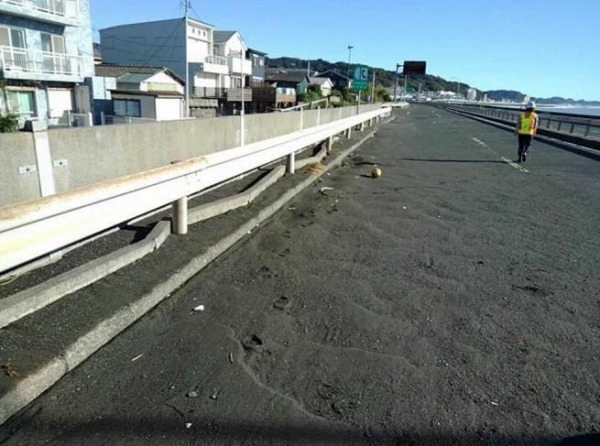 西湘バイパス 土砂堆積状況