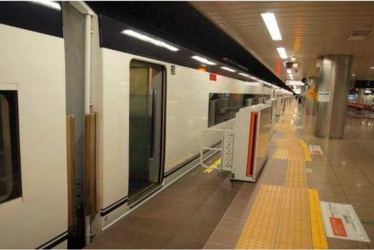 成田空港駅 ホームドア